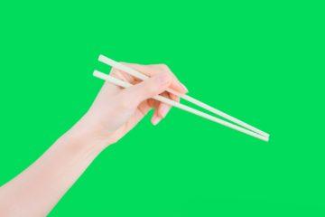 右利きなのに左手で箸を使う理由